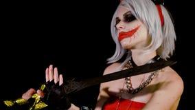 Dämonzombiemädchen mit den Hörnern, die für Halloween sich vorbereiten, feiern Sexueller weiblicher satan Frauenteufel macht eine stock video