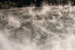 Dämpfe über vulkanischem See in Waimangu stockfotografie