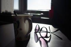 Dämpfen der Kaffeetasse mit Gläsern stockbild