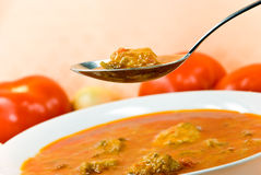 Dämpfen-Gulasch Suppe - mit rotem grünem Pfeffer und Würfeln Lizenzfreies Stockfoto