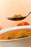 Dämpfen-Gulasch Suppe - mit rotem grünem Pfeffer und Würfeln Lizenzfreies Stockbild