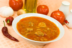 Dämpfen-Gulasch Suppe - mit rotem grünem Pfeffer und Würfeln Lizenzfreie Stockfotografie