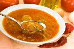 Dämpfen-Gulasch Suppe - mit rotem grünem Pfeffer und Würfeln Stockfotografie