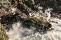 Dämpfen Sie das Anheben von kochendem Wasser im See der heißen Quelle in vulkanischem Tal Waimangu stockfoto