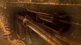 Dämpfen Sie im altem Stil Schuss des Zugs von den Rädern, die auf Bahn 4K spinnen stock footage