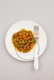 Dämpfen Sie mit Erbsen, Karotten, Zwiebeln, Tomatensauce und Gewürzen lizenzfreies stockbild