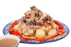 Dämpfen Sie mit Kartoffelgemüsepaprika auf einer Platte, die auf weißem BAC lokalisiert wird Lizenzfreie Stockbilder
