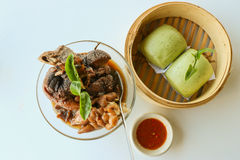Dämpfen Sie Schweinefleischbein mit Brötchen und Chili-Sauce des grünen Tees Stockfoto