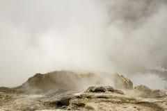 Dämpfen Sie vom Ausbrechen des Geysirs im oberen Geysir-Becken, Yellowstone-Na stockbilder