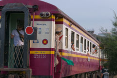 Dämpfen Sie Zug an der Reichsbahn von Thailand 119 Jahre Jahrestag Lizenzfreie Stockfotos