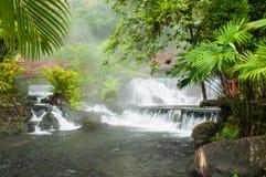 Dämpfende Wasserfälle Lizenzfreie Stockfotos