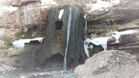 Dämpfender heißer Wasserfall im Winter stock footage