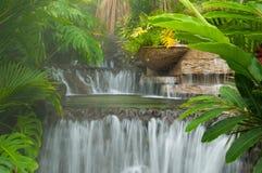 Dämpfender Wasserfall Lizenzfreie Stockbilder