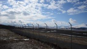 Dämpfungsregler-Flugzeuglandung auf der langsnes Flughafenrollbahn in Nord-Norwegen mit schneebedecktem Gebirgshintergrund stock footage