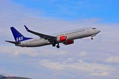 Dämpfungsregler-Passagier-Flugzeuge, die niedrig über Alicante-Flughafen fliegen Stockfotografie