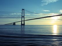 Dänemark: Große Gurt-Aufhebung-Brücke am Sonnenuntergang Lizenzfreie Stockfotos