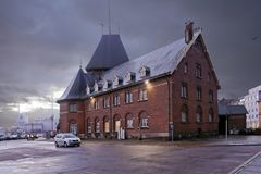 Dänemark - 18. Oktober 2014: Die Gewohnheits-Kammer in den Gebäuden des 19. Jahrhunderts vom roten Backstein an der Dämmerung Aar lizenzfreie stockbilder