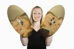 Dängande cymbaler för lycklig kvinna royaltyfri foto