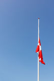 Dänische Flagge am Halbmast Stockfotografie
