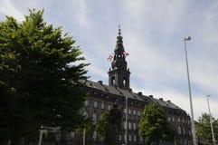 DÄNISCHE FLAGGEN FLIEGEN ÜBER CHRISTIANSBORG-PARLAMENT Lizenzfreies Stockbild