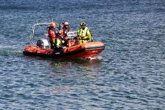 Dänische Polizei auf einem Boot im Hafen von Aarhus, Dänemark lizenzfreie stockbilder