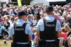 Dänische Polizei mit kugelsicheren Sicherheitswesten Stockbild
