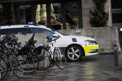 DÄNISCHE POLIZEI PATROUILLIERT FINANZstraße UND CHRITMAS-MÄRKTE lizenzfreie stockfotos