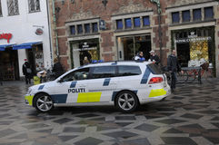 DÄNISCHE POLIZEI PATROUILLIERT FINANZstraße UND CHRITMAS-MÄRKTE stockfotos