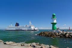Dänische Scandlines-Fähre, die den Hafen in Rostock, Deutschland anmeldet Lizenzfreie Stockfotografie
