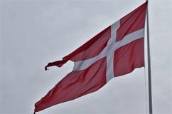 Dänisches Flagge dannebrog Fliegen im Wind Lizenzfreie Stockfotos