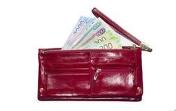 Där pappers- pengar för ` s i plånboken Ryska nya sedlar Röd plånbok med pengar royaltyfri foto