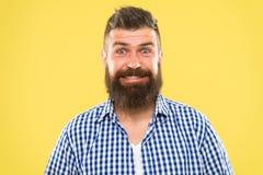 Därför att alla förtjänar för att le Lycklig man på gul bakgrund sk?ggigt le f?r man Caucasian man med mustaschen och royaltyfri foto