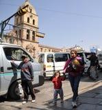 Därför offentligt är transport där inkastare som ropar en bussrutt Fotografering för Bildbyråer