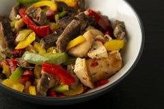 Dłoniaka mięso z warzywami na kamienia łupku talerzach dinner smakowity lunch Assian, chiński jedzenie zdrowa żywność obrazy stock