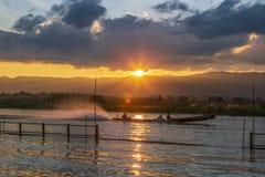 Długiego ogonu czółno pełno turyści świszczy szybko na Inle jeziorze, Myanmar fotografia royalty free