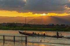 Długiego ogonu czółno pełno turyści świszczy szybko na Inle jeziorze, Myanmar obrazy royalty free