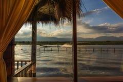 Długiego ogonu kajakowy świszczy post na Inle jeziorze, Myanmar obrazy royalty free