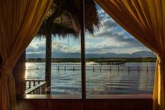 Długiego ogonu kajakowy świszczy post na Inle jeziorze, Myanmar obraz stock