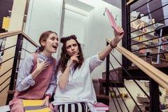 Długowłosy przyjaciele robi twarzom i pozuje dla fotografii zdjęcia royalty free