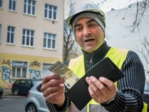 Dålig överraskning: byggnadsarbetare och hans tomma plånbok Fotografering för Bildbyråer