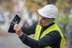Dålig överraskning: fattig byggnadsarbetare och hans tomma plånbok Arkivbild