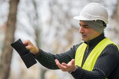 Dålig överraskning: fattig byggnadsarbetare och hans tomma plånbok Royaltyfri Fotografi