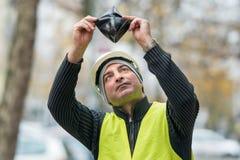 Dålig överraskning: fattig byggnadsarbetare och hans tomma plånbok Arkivbilder