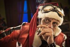 Dålig jultomten som röker en cigarr Arkivfoto