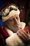 Dålig jultomten som röker en skarv Arkivbild