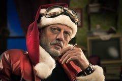 Dålig jultomten som röker en skarv Royaltyfri Bild