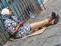 Dålig kvinnatiggeri för pengar på gatan Royaltyfria Foton