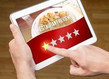 Dålig restauranggranskning Besviken och missbelåten kund royaltyfri foto