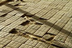 dålig väg Brutna trottoartrottoarer på trottoaren trottoar med förberedande tjock skiva arkivfoton