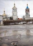 Dålig väg nära Christian Church i Ryssland Royaltyfri Bild